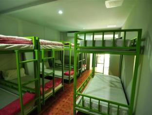 phi phi backpacker (dorm room)