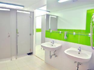 Hilik Boutique Hostel Manila - Male Bathroom
