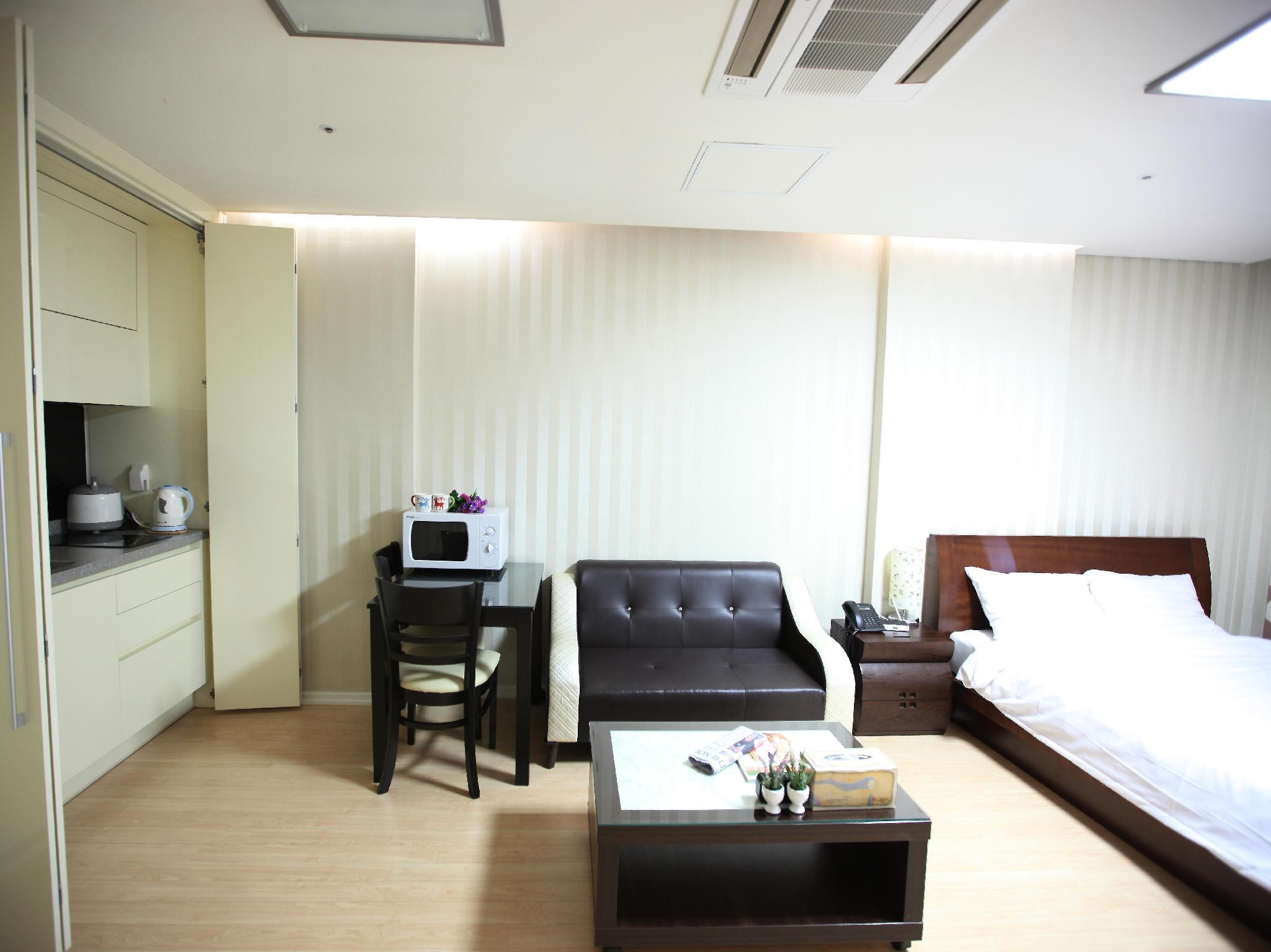 โรงแรม สเตย์แอนด์โฮม เรสซิเดนซ์ สวีท  (Stay & Home Residence Suite)