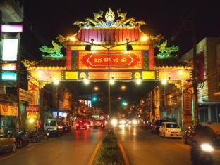 Pacific Inn Phuket - Chinese gate way on Phuket road