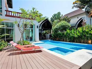 Nagawari Chic Villa Pattaya - Deck and swimming pool