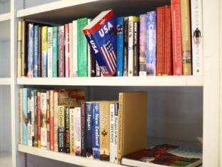 Plush Pods Hostel Singapore - Library