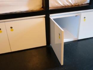 Plush Pods Hostel Singapore - Locker