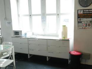 Plush Pods Hostel Singapore - Pantry & Breakfast Area
