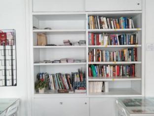 Plush Pods Hostel Singapore - Mini Library and Info Corner