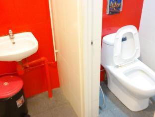 Plush Pods Hostel Singapore - Common Toilet