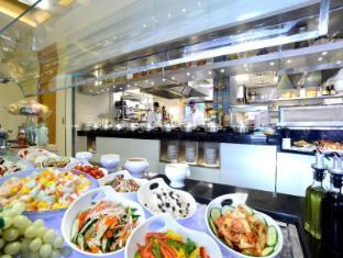 Metropark Hotel Causeway Bay Hong Kong - Cafe du Parc - buffet line