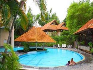 赤道酒店 泗水 - 游泳池