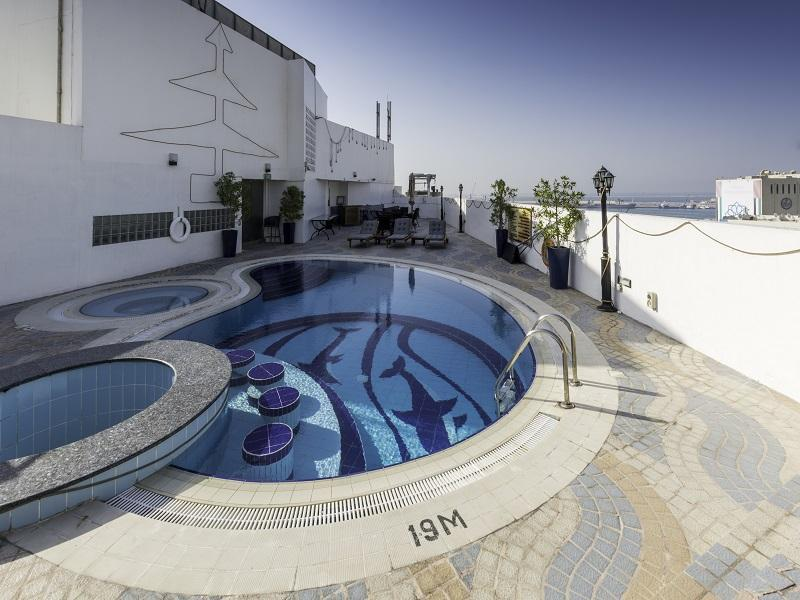 Howard Johnson Hotel - Swimming Pool