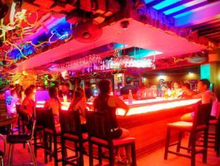 Red Coconut Hotel Boracay Island - Coco Bar at night
