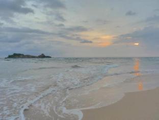 Sagarika Beach Hotel Bentota/Beruwala - Golden mile Beach in Moragalla