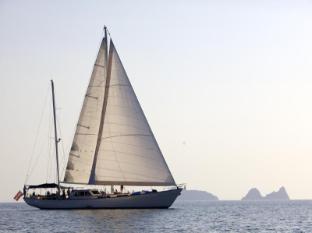 Hotel Sailing Yacht Meta IV by Burma Boating