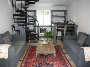 Beauclair Guest Cottage Stellenbosch - Cottage lounge and kitchenette