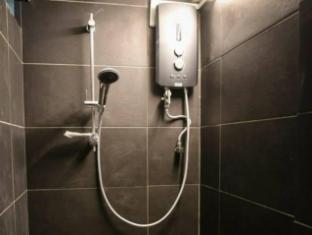BB Bunkers Hostel Kuching - Bathroom