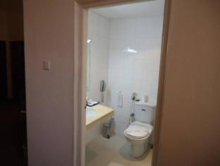 Hotel Sapphire Colombo - Deluxe Room Bathroom
