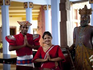 Amaya Hills Hotel Kandy Kandy - Traditional welcome at the reception