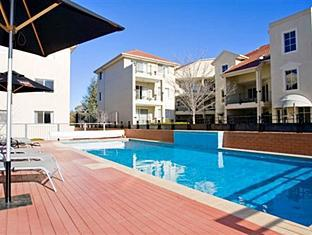 Bentley Suites Canberra - Swimming Pool