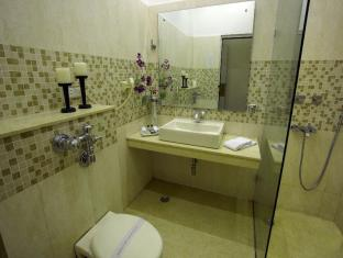 Ajanta Hotel New Delhi and NCR - Deluxe Room- bathroom