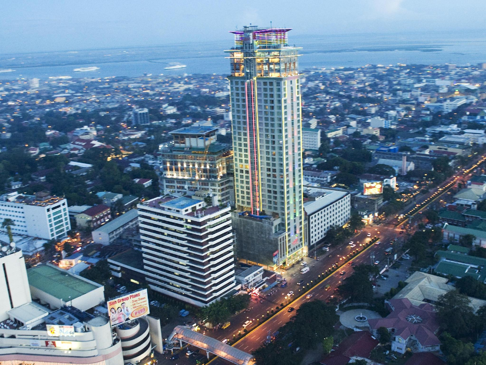 Crown Regency Hotel & Towers Cebu - Hotel z zewnątrz