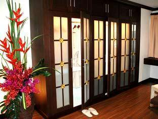 Nirvana Place Hotel Pattaya - Large Closet