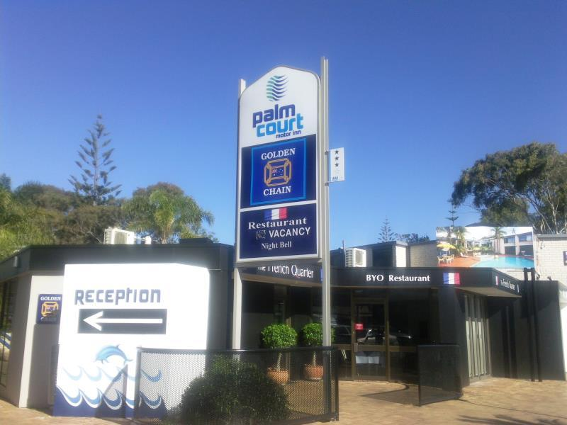 Palm Court Motor Inn Port Macquarie - Palm court entrance and on site Restaurant