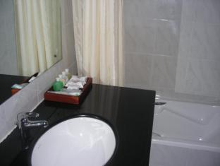 Hotel Suisse Kandy - Suite Bathroom