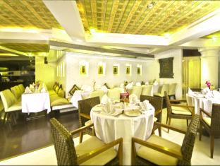 Peninsula Grand Hotel Mumbai - Food, drink and entertainment