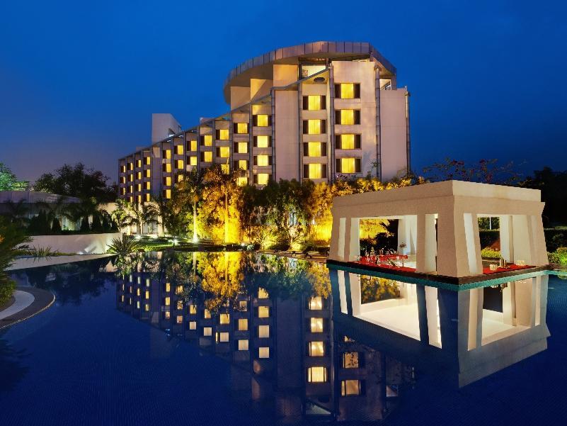 Ramada Plaza JHV Hotel - Hotell och Boende i Indien i Varanasi