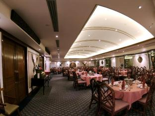 Riverside Majestic Hotel Kuching - Food, drink and entertainment