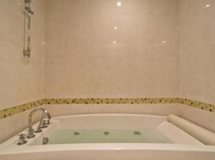 LK Renaissance Hotel Pattaya - Studio Bathroom