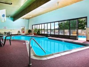 Ramada Inn Bradley Hotel Windsor Locks (CT) - Swimming Pool