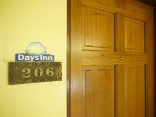 Days Inn Tamuning Guam - Entrance to guest room