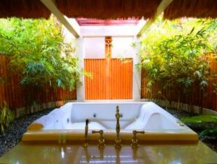 Eskaya Beach Resort and Spa Bohol - Bathtub