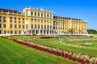 Schonbrunn Palace - 2.3 km from property