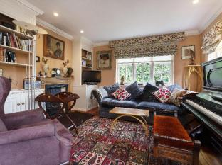 Veeve  3 Bed Cottage On Willifield Way Hampstead Garden Suburb