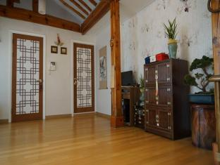 Hanok Dowonjeong Healing House